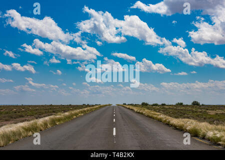 lebendige Bild der Wüstenstraße und blauen Wolkenhimmel - Stockfoto