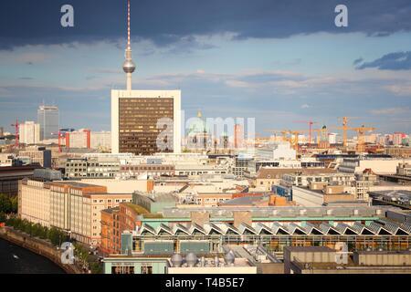 Berlin, Deutschland. Capital City Skyline mit TV Tower. - Stockfoto