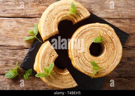 Litauische, Polnische oder sakotis raguolis sekacz ist ein traditionelles Spieß Kuchen close-up auf einem Holztisch. Horizontal oben Ansicht von oben - Stockfoto
