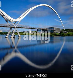 England, County Durham, Stockton-on-Tees. Die Infinity Brücke, einem öffentlichen Fußgänger Rad- und Fußgängerbrücke über den Fluss abzweigt. - Stockfoto
