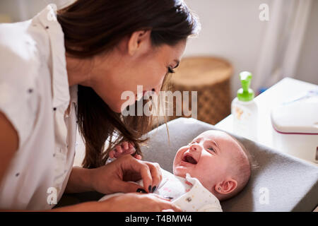 Gerne vier Monate alten Baby auf Wickeltisch bis an seine Mama auf der Suche liegen, in der Nähe - Stockfoto