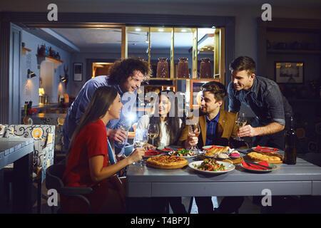 Sammeln von Freunden im Restaurant am Abend. - Stockfoto