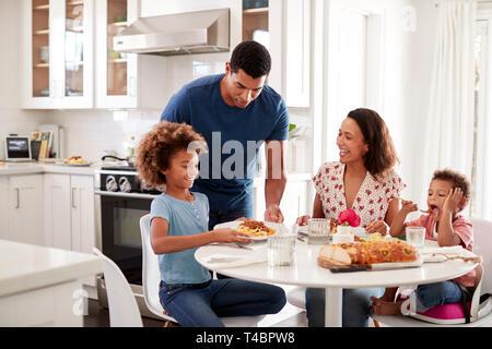 Junge Mutter am Tisch sitzen in der Küche mit, die Kinder, der Vater, ihnen Nahrung, selektiven Fokus - Stockfoto