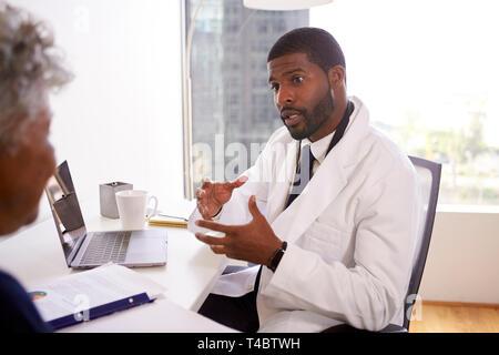 Ältere Frau Treffen mit männlicher Arzt Schönheitschirurg im Büro Stockfoto