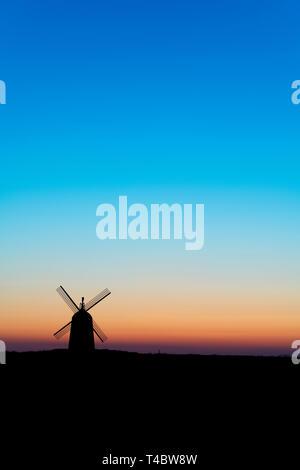 Thame Mühle. Windmühle in der Dämmerung kurz vor Sonnenaufgang in der Nähe des Dorfes große Haseley, South Oxfordshire, England - Stockfoto