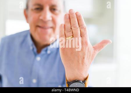 Nahaufnahme des Menschen Hände sichtbar Alliance Ring - Stockfoto