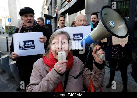 Brüssel, Belgien. 15. April 2019. Die Befürworter der WikiLeaks Gründer Julian Assange Rallye außerhalb der Britischen Botschaft. Alexandros Michailidis/Alamy leben Nachrichten - Stockfoto