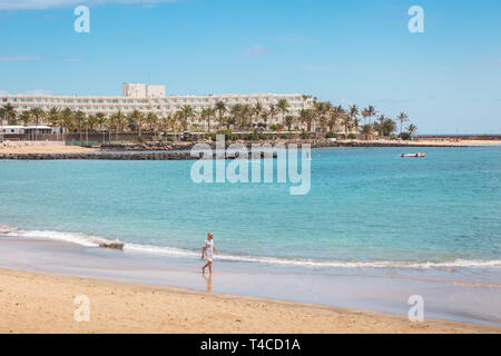 Der Sandstrand in Costa Teguise, Lanzarote, Kanarische Inseln - Stockfoto