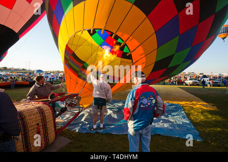 AHotfix-datei Heißluftballon am Albuquerque, New Mexico International Hot Air Balloon Festival gesetzt wird. - Stockfoto