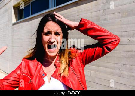 Portrait von Frau mit Geste der Angst und Schrecken, wenn Zeugen eines Unfalls. - Stockfoto
