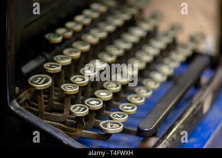 Nahaufnahme von Back Space Taste auf einer alten Schreibmaschine. - Stockfoto