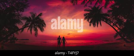 Silhouette von zärtlich Paar am Strand bei Sonnenuntergang, liebe Konzept, Mann und Frau, schöner Hintergrund Stockfoto
