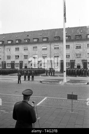 Neue Lieutnant-Colonel liest ein Telegramm gesendet von US-Verteidigungsminister McNamara, in Bezug auf den Tod des Präsidenten, die US-Truppen in München am 23. November. US-Präsident John F. Kennedy am 22. November 1963 in Dallas ermordet wurde (Tx).   Verwendung weltweit - Stockfoto