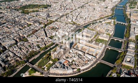 Antenne von Notre-Dame in voller Pracht - Stockfoto