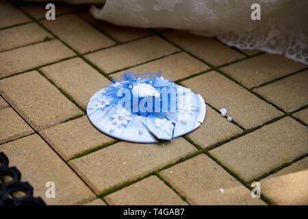 Brechen die Platten auf der Hochzeit beliebte Tradition. Platte am Boden - Stockfoto