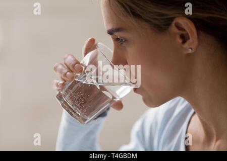 Closeup Profil Portrait von Frau trinkt Wasser aus Glas - Stockfoto