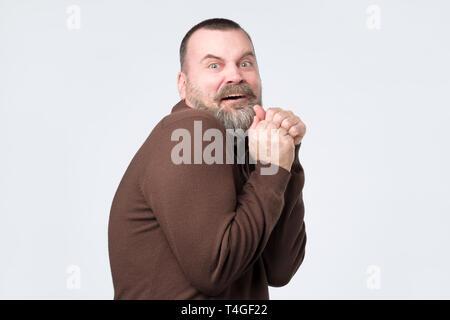 Erschrocken reifer Mann in einer übertriebenen Ausdruck der Angst. Negative facial Emotion - Stockfoto