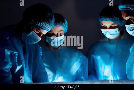 Team von professionellen Chirurgen bei Operationen im Krankenhaus - Stockfoto