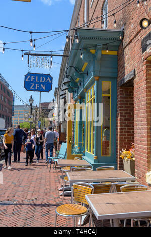 Fells Point, Baltimore, MD, USA - 13. April 2019. Touristen und Käufer Spaziergang entlang der Themse St in Historischen Fells Point, Baltimore. - Stockfoto