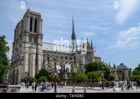 Notre-Dame de Paris mittelalterlichen Kathedrale auf der Île de la Cité im 4. arrondissement von Paris, Frankreich. Südseite Rosette, spire, Menschen - Stockfoto