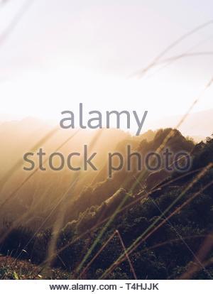 Die Silhouette der Berge mit Sunrise - Stockfoto