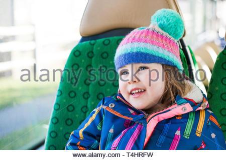 Mädchen lächelt in Bus - Stockfoto