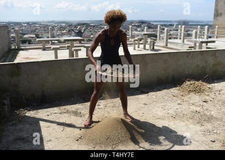 """04 April 2019, Brasilien, Rio de Janeiro: Tuany Nascimento ist Vorbereiten von Material für den Bau eines kleinen Hauses für ihr Projekt """"Na Ponta Dos Pes"""" (Auf der Zehen) in der Favela Morro do Adeus. Das Projekt wurde vor sechs Jahren begonnen. Am Anfang sieben Mädchen nahmen an ihren Ballettunterricht, heute sind es 40. Das Projekt wurde von Tuany Nascimento eingestellt. Der junge Lehrer ausgebildet, wo der Unterricht stattfinden. """"Kinder beobachtete mich es tun. Das ist, wie ich auf die Idee sie zu lehren, was ich kann"""", sagt Tuany, die bisher noch keine finanzielle Unterstützung vom Staat erhalten. """"Unsere gehen - Stockfoto"""