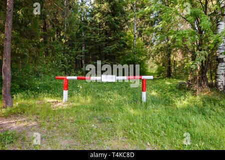 Barriere im Wald. Das Einreiseverbot in den Wald. - Stockfoto