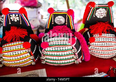 f9dcf50d8b22f Schöne handgemachte Gewebe der Bergvölker von Thailand - Stockfoto