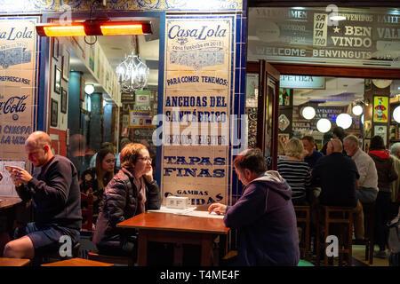 Malaga, Spanien 04.04.2019: Menschen mit Abendessen Abends in überfüllten beschäftigt Casa Lola Restaurant in Malaga Spanien - Stockfoto