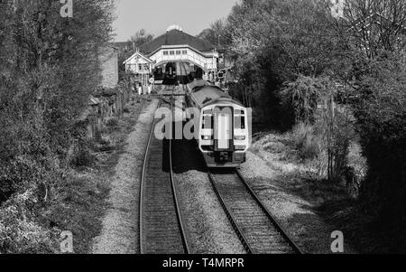 Eisenbahn Züge ankommen und Hauptbahnhof entfernt an einem schönen Frühlingsmorgen in Beverley, Yorkshire, UK. - Stockfoto