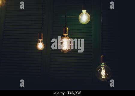 Dekorative edison Stil Glühbirnen gegen Mauer Hintergrund. - Stockfoto