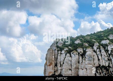 Montserrat ist ein Berg in der Nähe von Barcelona in Katalonien. Es ist der Ort einer Benediktinerabtei, Santa Maria de Montserrat, welche Hosts die Jungfrau von Mon