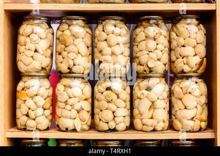 Lecker lecker Weiße marinierten Pilzen in Gläsern auf Regalen. 2019 - Stockfoto
