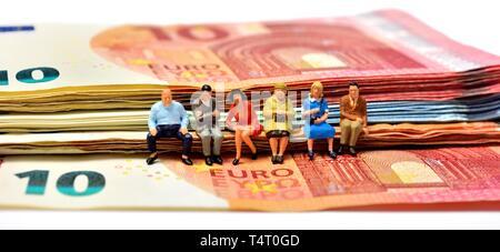 Minifigürchen, sitzen auf den Euro-banknoten, Währung, - Stockfoto