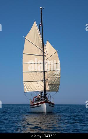 'Freier', eine Freiheit 30 Junk-manipulierten Ketch, Segeln in Windrichtung in der Murtersko mehr (Murter), Adria, Šibenik-Knin, Kroatien. MODEL RELEASED - Stockfoto