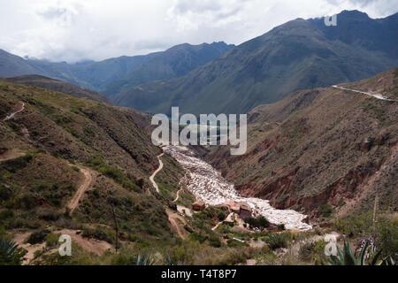 Panoramablick auf die Pools der Salinas de Maras, peruanische berühmten und traditionellen Salzbergwerk in der Nähe von Cusco - Stockfoto
