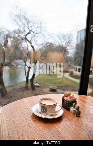 Coffee Shop im Museum auf dem Fluss - Stockfoto