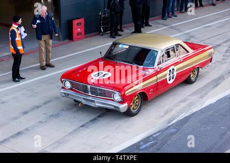Luftaufnahme von einem Roten, 1964, Ford Falcon, Tourenwagen, in der Internationalen Pit Lane, während der 2019 Silverstone Classic Media Day - Stockfoto