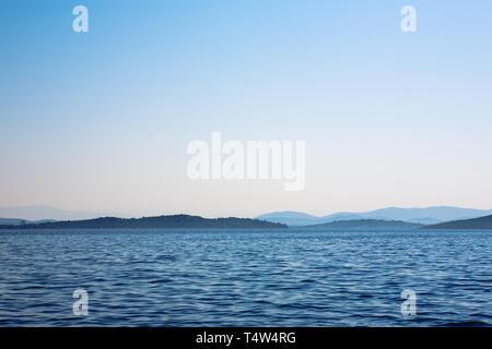 Inseln des Archipel von Šibenik von Zmanjanski Kanal, Šibenik-Knin, Kroatien - Stockfoto