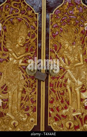 Geschnitzt und Türen im Pura Puseh Batuan Tempel auf Bali, Indonesien gemalt - Stockfoto