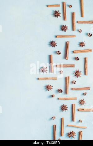 Zimt und Anis Sterne Muster auf weißem Holz- Hintergrund mit kopieren. Kreative Küche flach mit Gewürzen. - Stockfoto