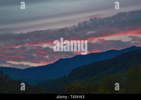 Am frühen Morgen Sonnenaufgang von einem Berg Vista Point in der Great Smoky Mountains National Park im Herbst, außerhalb Gatlinburg, TN, USA - Stockfoto