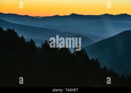 Am frühen Morgen Sonnenaufgang vom Gipfel am Newfound Gap in der Great Smoky Mountains National Park im Herbst, außerhalb Gatlinburg, TN, USA - Stockfoto