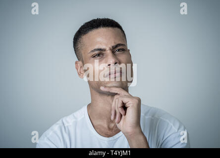 Porträt der glückliche junge afrikanische amerikanische Mann. Nachdenklich männliche Denken in kreative Wege zum Erfolg, neue Ideen, das Erlernen neuer Sprachen oder Stud - Stockfoto