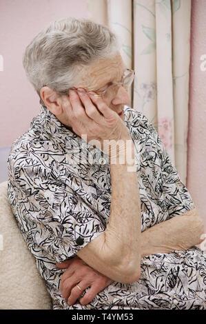 Gefährdete ältere Frau Gefühl sorgen - Stockfoto