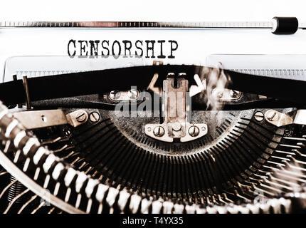 Nahaufnahme des Wortes Zensur auf alte Schreibmaschine geschrieben - Stockfoto