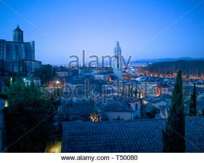 Sonnenaufgang von der Oberseite der mittelalterlichen Stadtmauer mit Blick auf die Stadt Girona, die Kathedrale de Girona und der Basilika de Sant Feliu. - Stockfoto