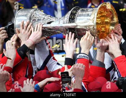 Balashikha, Russland. 19 Apr, 2019. REGION Moskau, Russland - 19 April, 2019: CSKA Moskau Spielern und Trainerstab feiern mit der Trophäe, wie sie den Gagarin Cup Titel gewinnen nach einem 2-3 Sieg in Etappe 4 des 2018/2019 Kontinental Hockey League Gagarin Cup Finale (Best-of-Seven Serie jährlicher KHL Endspiele) gegen Avangard Omsk in Balashikha Arena. - Stockfoto