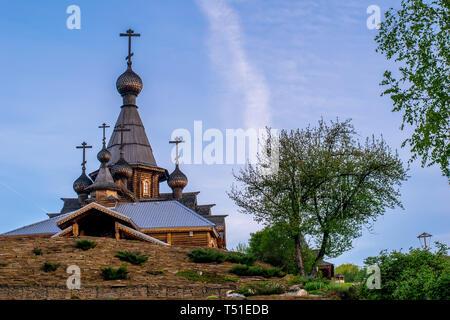 Schöne alte hölzerne Kirche auf einem Hügel an der Dämmerung - Stockfoto